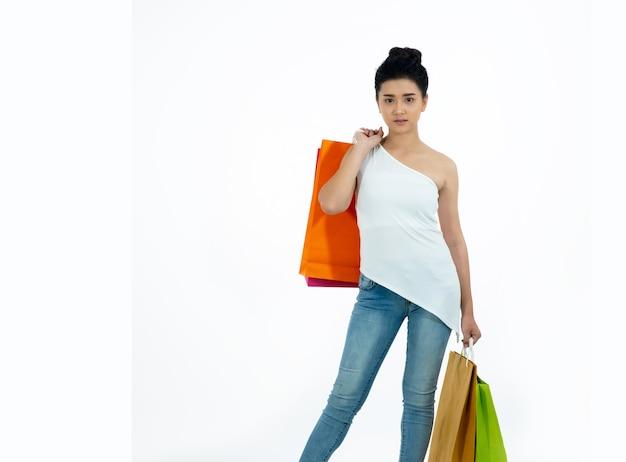 買い物袋を保持しているアジアの女性
