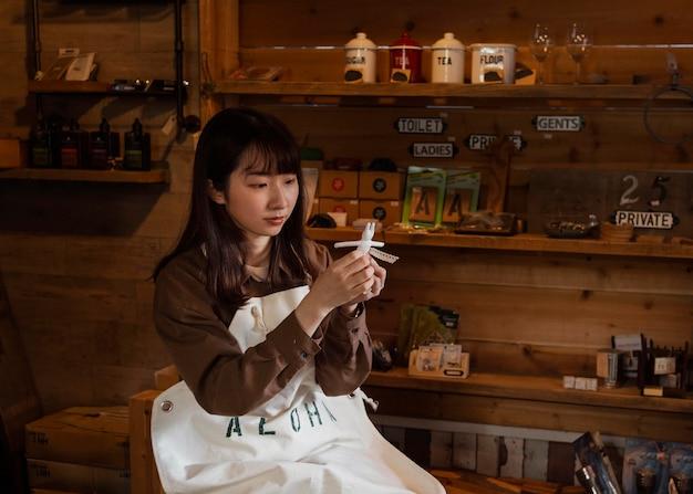小像ミディアムショットを保持しているアジアの女性