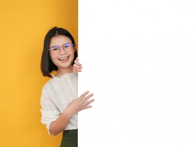 Азиатская женщина держит белую доску