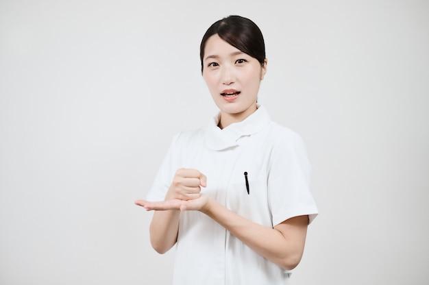 Азиатская женщина в белом халате бьет айдзути