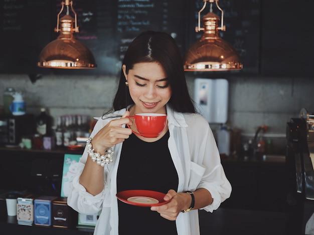 Азиатская женщина в работе кафе