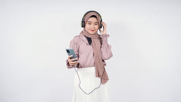 Азиатская женщина в хиджабе, внимательно слушающая, изолированные на белом фоне
