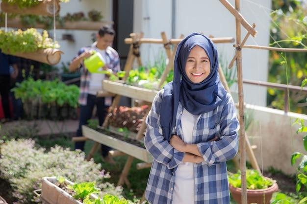 Азиатская женщина в ферме на крыше