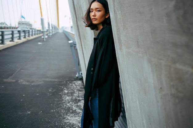 市内のアジアの女性