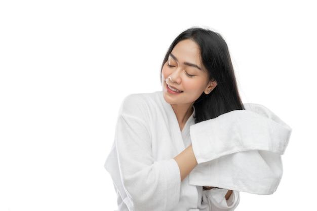 入浴後にタオルで彼女の長い髪を乾かす彼女の目を閉じるときにタオルでアジアの女性