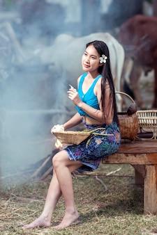 伝統的なタイのドレスを着たアジアの女性