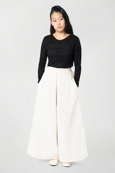 Азиатская женщина в белых штанах палаццо с дизайнерским пространством, повседневная одежда, мода, все тело