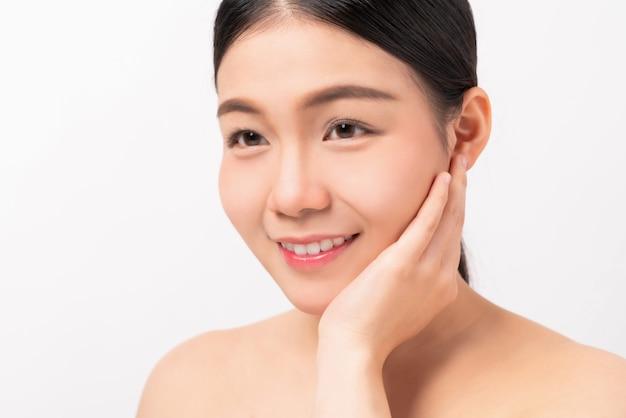 アジアの女性は、スパ製品とメイクアップのために、肌の美しさと健康を笑っています。
