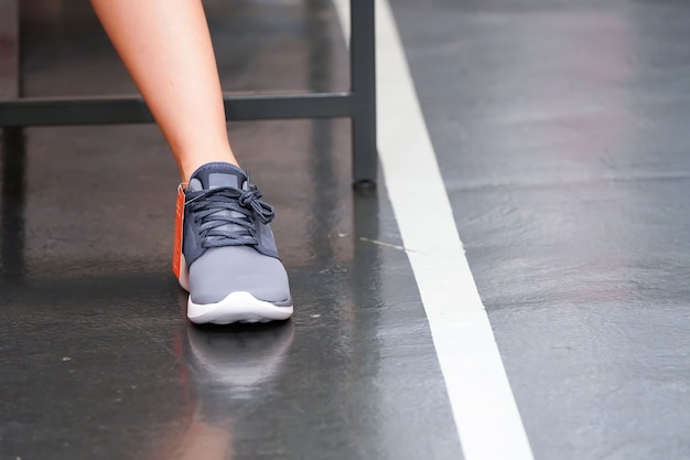 アジアの女性はそれを購入する前に靴屋でスニーカーを着用してテストしています