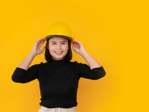 アジアの女性は安全帽子をかぶっています