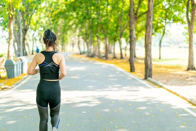 ジョギングとランニングのアジアの女性