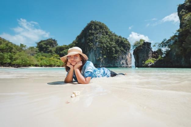 ビーチで横になっているアジアの女性。