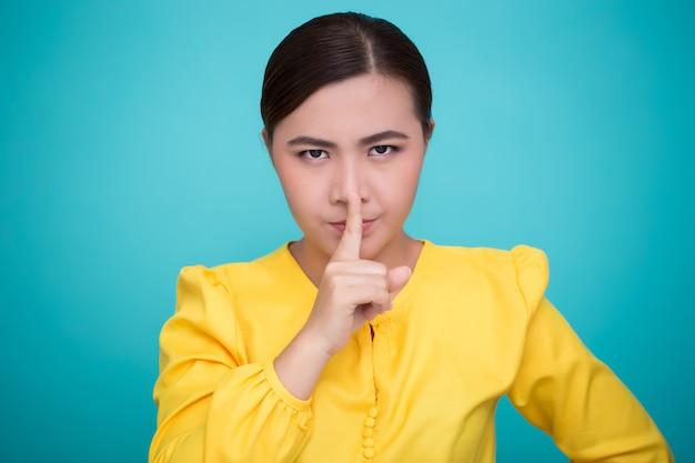 アジアの女性は静かなサインを作る