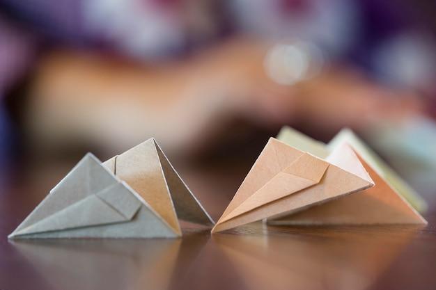 和紙で折り紙を作るアジアの女性
