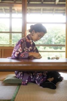 Азиатская женщина делает оригами из японской бумаги