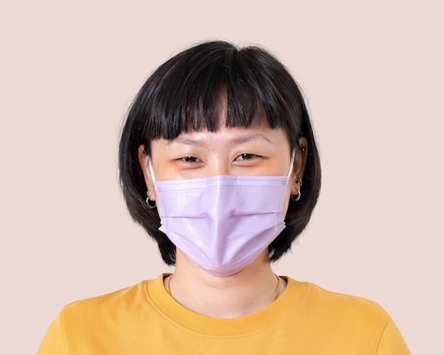 新しい通常のフェイスマスクを身に着けているアジアの女性のモックアップpsd