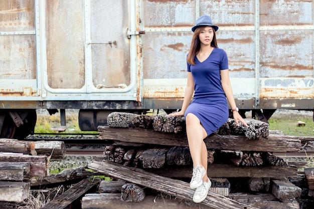 ヴィンテージ鉄道駅のアジアの女性モデル