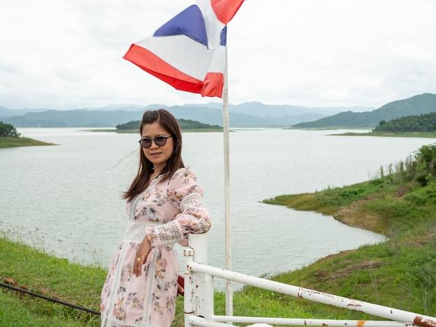 タイの貯水池の横にあるアジアの女性