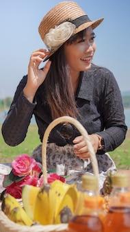 봄에 휴가에 아시아 여자