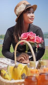 봄에 꽃을 들고 휴가 중인 아시아 여성
