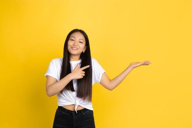 Азиатская женщина на желтом фоне, эмоции