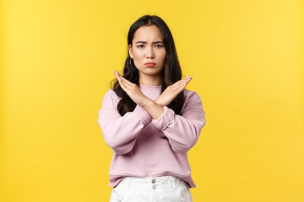 Азиатская женщина на желтом фоне.