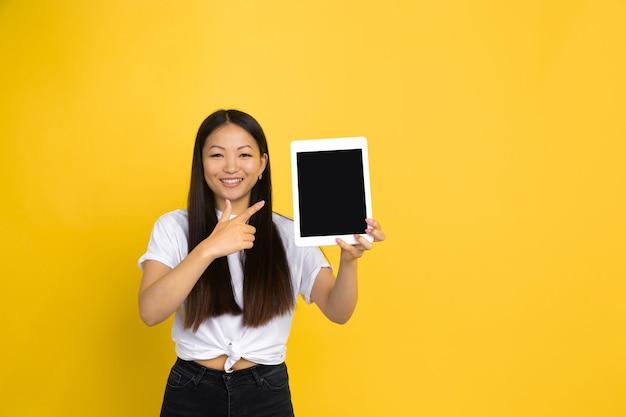 Азиатская женщина на желтом