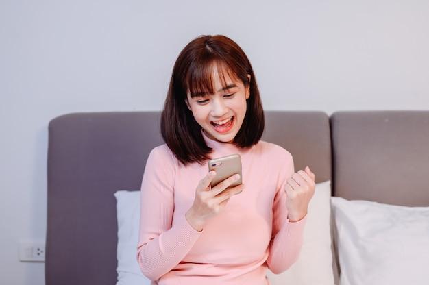 自宅でアジアの女性のオンラインショッピング。新しい通常のライフスタイルと社会的距離。