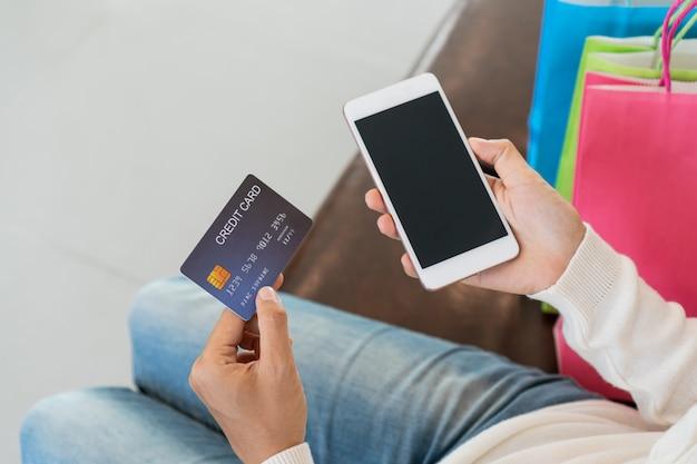 신용 카드와 태블릿 집에서 소파에 앉아, 기술, 전자 상거래 개념 디지털 라이프 스타일과 아시아 여자 온라인 쇼핑