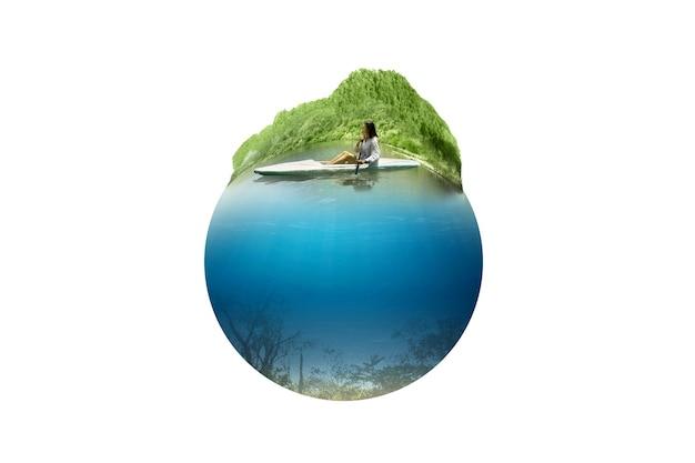 수중 전망이 있는 호수에서 카약을 젓는 아시아 여성. 환경 개념