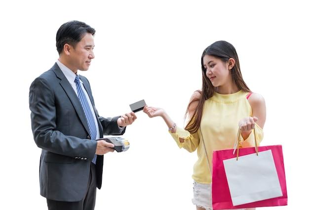 흰색 바탕에 결제 단말기와 계산원 남자와 함께 신용 카드를 지불하는 아시아 여성