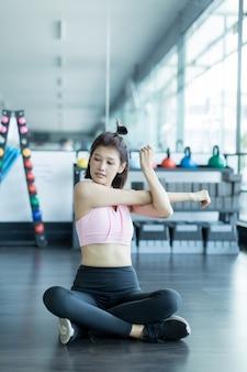 Азиатская женщина играет фитнес в тренажерном зале