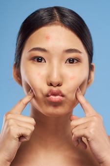 アジアの女性の肖像画の顔のスキンケア