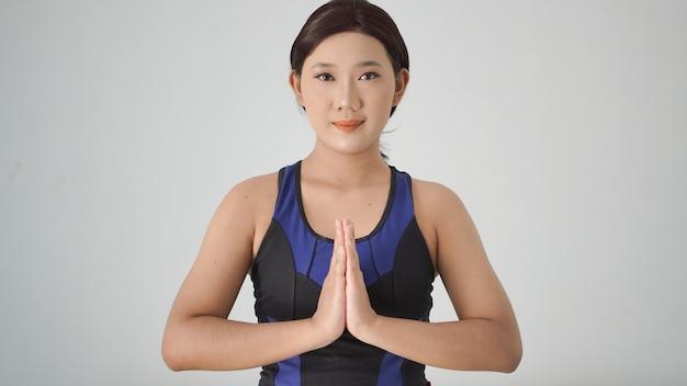 集中力に満ちた自宅でヨガを練習しているアジアの女性