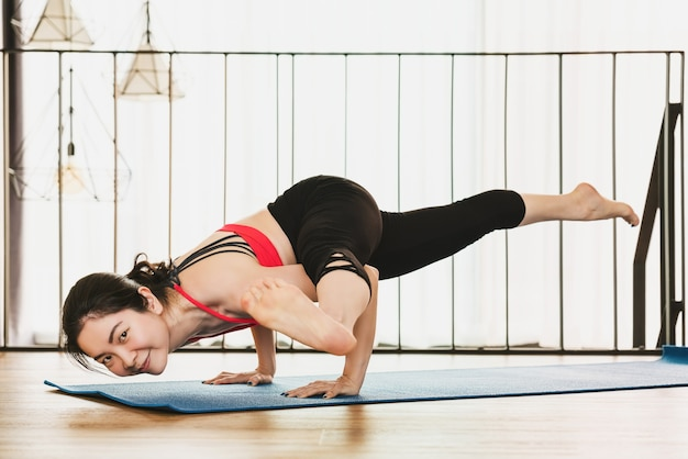 Covid19の発生と封鎖が健康または瞑想のときに自宅からヨガを練習しているアジアの女性