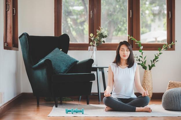 アジアの女性がヨガの瞑想を練習