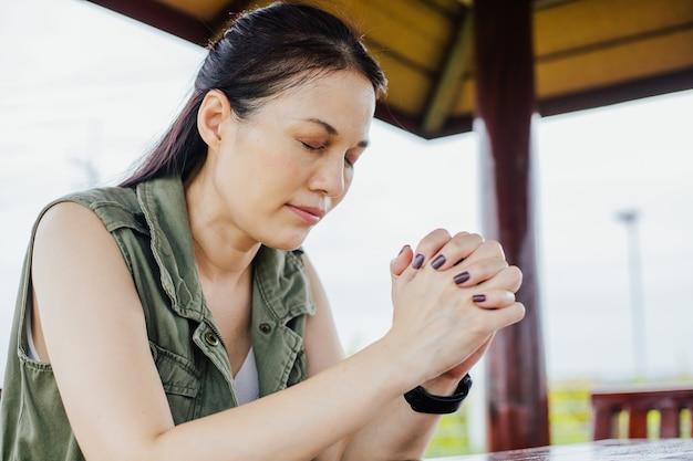 아침 야외에서 기도하는 아시아 여성, 믿음, 영성, 종교를 위한 기도 개념, 교회 서비스 온라인 개념.