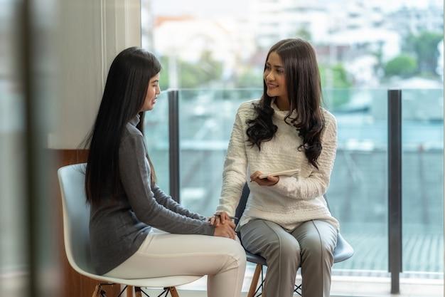 여성 환자에게 상담을주는 아시아 여자 전문 심리학자 의사