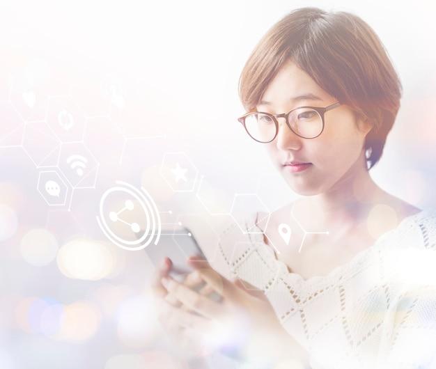 Азиатская женщина читает текст на своем телефоне