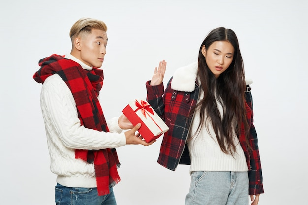 Азиатская женщина отвергает подарок от жениха