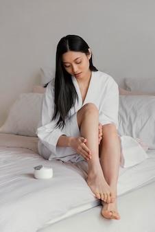 집에서 휴식하는 아시아 여자