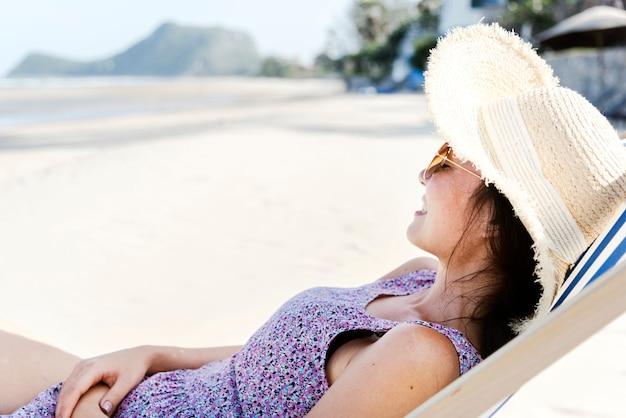 해변에서 휴식을 취하는 아시아 여성
