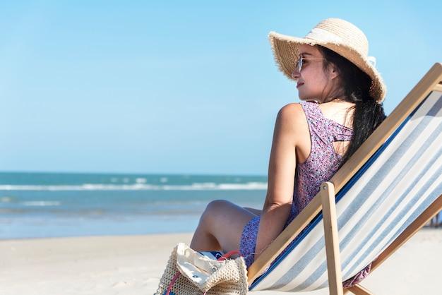 해변에서 편안한 아시아 여자