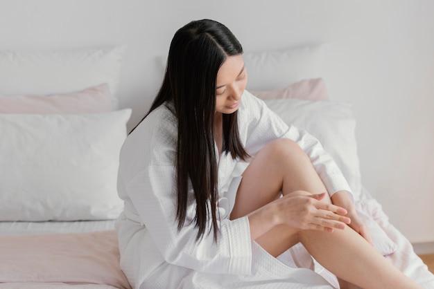 Donna asiatica in un momento di relax a casa