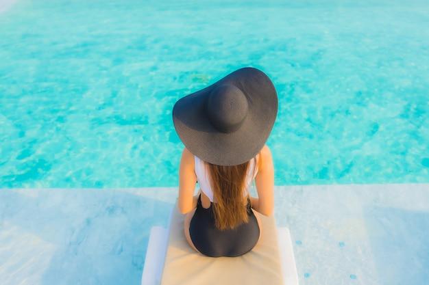수영장에서 편안한 아시아 여자