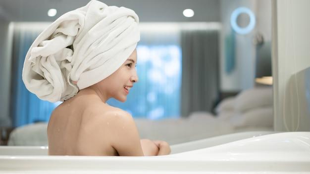 お風呂でリラックスしたアジアの女性