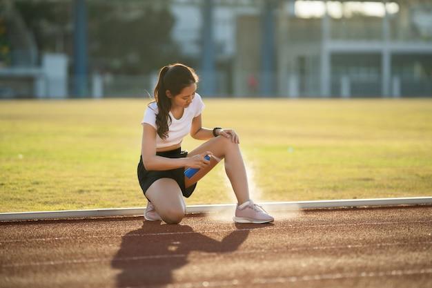 練習によるアジアの女性ランナーの膝とふくらはぎの負傷彼女は負傷を減らすためにスパを使用しています。