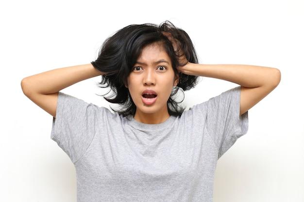 アジアの女性が彼女の頭を悩ま