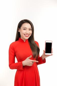 アジアの女性は、ベトナムの旧正月の製品販売にショックを受け、モバイルやスマートフォンでオンラインで買い物をしました