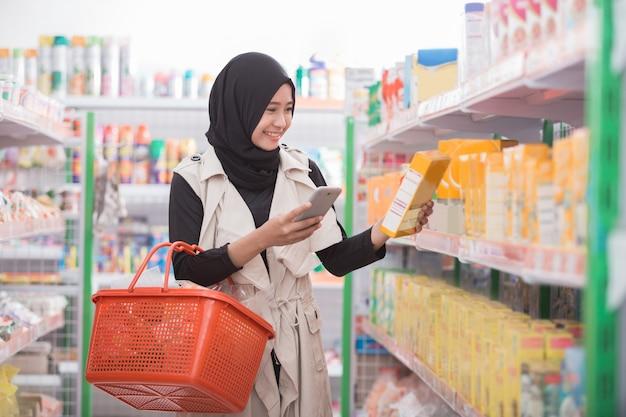 アジアの女性がスーパーで買い物
